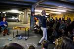 Circus uusi maailman performanssi Deep Shit Sohwin autotallissa, Kuva: Aino Martiskainen
